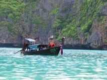 Phuket, Phuket Ταϊλάνδη - 10 15 2012: η ξύλινη βάρκα που οργανώνεται από τα ταϊλανδικά άτομα πλέει με μερικούς ξένους τουρίστες κ στοκ εικόνα