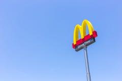 PHUKET, ΤΑΪΛΆΝΔΗ - 28 ΙΟΥΛΊΟΥ 2017: Λογότυπο McDonalds στο MC μπλε ουρανού Στοκ Εικόνες