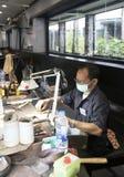PHUKET, ΤΑΪΛΆΝΔΗ - 29 ΙΟΥΝΊΟΥ 2018: Ένα jeweler στην εργασία Στοά πολύτιμων λίθων στο νησί Phuket, Ταϊλάνδη Στοκ φωτογραφία με δικαίωμα ελεύθερης χρήσης