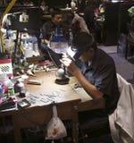 PHUKET, ΤΑΪΛΆΝΔΗ - 29 ΙΟΥΝΊΟΥ 2018: Ένα jeweler στην εργασία Στοά πολύτιμων λίθων στο νησί Phuket, Ταϊλάνδη Στοκ Φωτογραφία