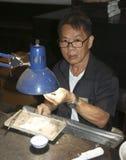 PHUKET, ΤΑΪΛΆΝΔΗ - 29 ΙΟΥΝΊΟΥ 2018: Ένα jeweler στην εργασία Στοά πολύτιμων λίθων στο νησί Phuket, Ταϊλάνδη Στοκ εικόνα με δικαίωμα ελεύθερης χρήσης