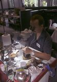 PHUKET, ΤΑΪΛΆΝΔΗ - 29 ΙΟΥΝΊΟΥ 2018: Ένα jeweler στην εργασία Στοά πολύτιμων λίθων στο νησί Phuket, Ταϊλάνδη Στοκ Εικόνες