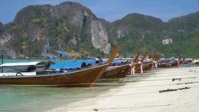 Phuket, Ταϊλάνδη - 27 Μαρτίου 2019 Φωτεινές βάρκες στη θάλασσα ενάντια στο σκηνικό των βουνών απόθεμα βίντεο