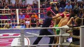 PHUKET, ΤΑΪΛΆΝΔΗ - ΤΟΝ ΙΟΎΝΙΟ ΤΟΥ 2014: Ταϊλανδικές αντιστοιχίες σε θήκη Muay απόθεμα βίντεο