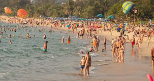 Phuket, Ταϊλάνδη 21 Φεβρουαρίου 2018: Οι άνθρωποι λούζουν στη θάλασσα απόθεμα βίντεο
