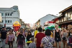 PHUKET, ΤΑΪΛΆΝΔΗ - 13 ΦΕΒΡΟΥΑΡΊΟΥ: Πολλοί άνθρωποι στην παλαιά πόλη phuket με Στοκ φωτογραφίες με δικαίωμα ελεύθερης χρήσης