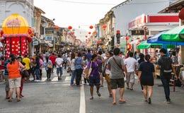PHUKET, ΤΑΪΛΆΝΔΗ - 13 ΦΕΒΡΟΥΑΡΊΟΥ: Πολλοί άνθρωποι στην παλαιά πόλη phuket με Στοκ εικόνες με δικαίωμα ελεύθερης χρήσης