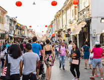 PHUKET, ΤΑΪΛΆΝΔΗ - 13 ΦΕΒΡΟΥΑΡΊΟΥ: Πολλοί άνθρωποι στην παλαιά πόλη phuket με Στοκ Φωτογραφίες