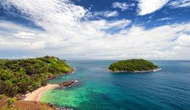 Παραλία Phuket, τροπικό νησί και άποψη θάλασσας. Καλοκαίρι της Ταϊλάνδης Στοκ Εικόνες