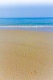 Phuket dagljus på strandfrikändhimlen med färgparaplyet Arkivfoton