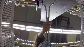 Phuket - 27 de dezembro: Compra da jovem mulher na mercearia grande Vista do cesto de compras plástico vazio GoPro, HD tailândia video estoque