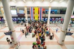 Phuket - 17 de março: Os passageiros chegam em contadores de registro em Phu Foto de Stock