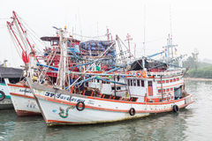 PHUKET - 6 DE OUTUBRO: Suporte dos barcos de pesca no porto Foto de Stock