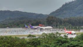 Phuket-Flughafenverkehr am Regen stock video footage