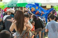 Phuket-Januari 14,2017: Ung pojke som kramar hans moder på barn Arkivbilder