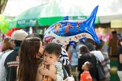 Phuket-Januari 14,2017: Ung pojke som kramar hans moder på barn Royaltyfria Bilder
