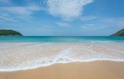 PHUKET, JULI, 2017 VAN THAILAND 25: Menigten van toeristen bij Naihan-strand op 25 juli, 2017 in Phuket, Thailand Phuket is een p Stock Afbeeldingen