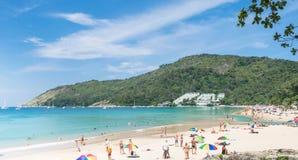 PHUKET, JULI, 2017 VAN THAILAND 25: Menigten van toeristen bij Patong-strand op 23 Januari, 2017 in Phuket, Thailand Phuket is ee Royalty-vrije Stock Foto