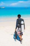 Phuket 16 Juni 2017:: dykaren går till havet för dykapparatdykning Arkivbild