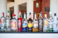 Phuket 16 Juni 2017:: liqourflaskor på stången för drink Royaltyfri Fotografi