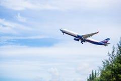 Phuket - la Thaïlande - Otober 23,2017 : Le vol d'avion d'Aeroflot Airbus 330-300 décollent à l'aéroport de Phuket au-dessus de l Images stock