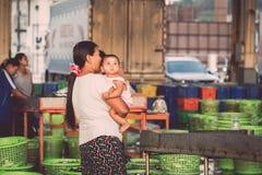 PHUKET, LUTY - 23: Birmańscy ludzie pracują w rybim rynku Zdjęcia Stock