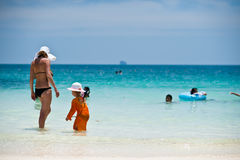 PHUKET - 16 MARZO: Ragazza felice del piccolo bambino che gioca in spiaggia MARZO Immagine Stock Libera da Diritti