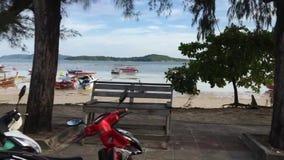 Phuket - 16 November: körning på Rawai strandtimelapse shooted med steadycam arkivfilmer
