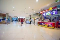 Phuket, o 22 de maio de 2014: Primeiro andar da alameda central do festival com M Fotos de Stock
