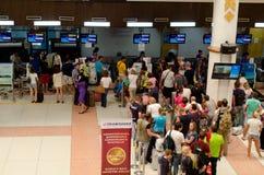 Phuket - 19 octobre : Les passagers arrivent aux comptoirs d'enregistrement chez Phuke Images stock