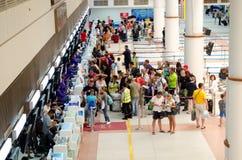 Phuket - 19 octobre : Les passagers arrivent aux comptoirs d'enregistrement chez Phuke Photos stock