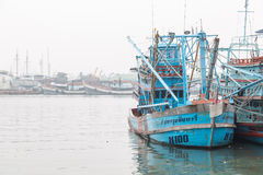 PHUKET - 6. OKTOBER: Fischerbootstand im Hafen Lizenzfreie Stockbilder