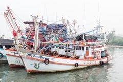 PHUKET - 6. OKTOBER: Fischerbootstand im Hafen Stockfoto