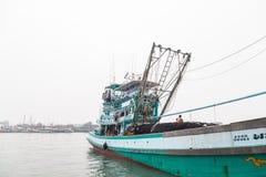 PHUKET - 6. OKTOBER: Fischerbootstand im Hafen Stockbilder