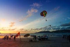 Phuket-Patong praia-outubro 20,2017: Os povos não identificados são Imagens de Stock Royalty Free