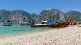 Phuket, Phi Phi Island, Tailandia - 28 marzo 2019: Colpo al rallentatore delle barche alla spiaggia un giorno soleggiato stock footage