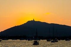 Phuket stor Buddha på den overseing lagun för solnedgång Arkivbilder