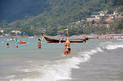 Phuket, Tailândia: Bathers na praia de Patong Imagem de Stock Royalty Free