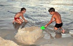 Phuket, Tailândia: Crianças que fazem o castelo da areia fotografia de stock royalty free