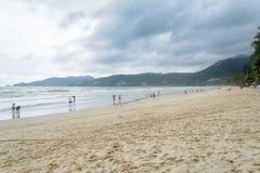 PHUKET, TAILÂNDIA - 1º DE AGOSTO DE 2013: praia do patong Fotos de Stock
