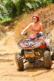 PHUKET, TAILÂNDIA - 23 DE AGOSTO: Turistas que montam ATV aos adv da natureza Imagem de Stock