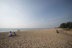 PHUKET, TAILÂNDIA - 9 DE FEVEREIRO DE 2016: os turistas relaxam na praia Foto de Stock Royalty Free