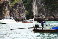 Phuket, TAILÂNDIA - 5 de janeiro: barco Ásia da excursão do caiaque do mar da paisagem o 5 de janeiro de 2015 Fotografia de Stock