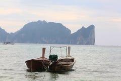 Phuket, TAILÂNDIA - 5 de janeiro: barco Ásia da excursão do caiaque do mar da paisagem o 5 de janeiro de 2015 Fotos de Stock Royalty Free