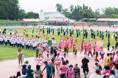 PHUKET, TAILÂNDIA - 13 DE JULHO: Parada do aluno no estádio Fotografia de Stock Royalty Free