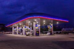 Phuket, Tailândia - 2 de maio de 2018: Posto de gasolina da autoridade do petróleo do PTT de Tailândia na noite imagem de stock royalty free