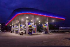 Phuket, Tailândia - 2 de maio de 2018: Posto de gasolina da autoridade do petróleo do PTT de Tailândia na noite fotografia de stock