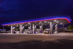 Phuket, Tailândia - 2 de maio de 2018: Posto de gasolina da autoridade do petróleo do PTT de Tailândia na noite foto de stock royalty free