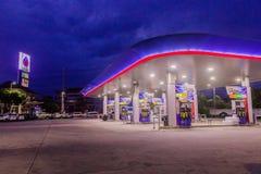 Phuket, Tailândia - 2 de maio de 2018: Posto de gasolina da autoridade do petróleo do PTT de Tailândia no tempo ealy nigh foto de stock