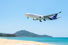 PHUKET, TAILÂNDIA - 11 DE MARÇO: Avião da aterrissagem em Phuket Fotografia de Stock